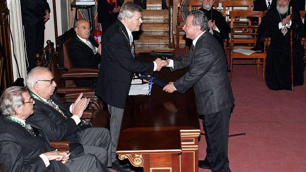 Ο Κυριάκος Ντελόπουλος παραλαμβάνει από τον πρόεδρο της Ακαδημίας Αθηνών, Κωνσταντίνο Στεφανή, το Βραβείο της Ακαδημίας Αθηνών (Πέμπτη 28 Δεκεμβρίου 2006)