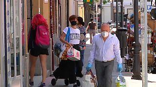 Ciudadanos haciendo la compra en Madrid