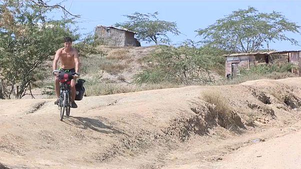 El aventurero vasco Rubén Alonso Elorza en su bicicleta