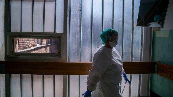Ápoló a koronavírussal fertőzött betegek fogadására kialakított Covid Ortopéd-Traumatológiai Osztályon a fővárosi Szent János Kórházban (2020. május)