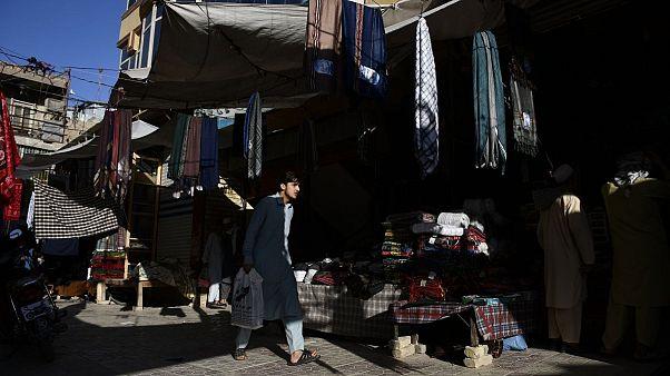 شهروند افغان در حال قدم زدن پس از خرید عید در مزارشریف