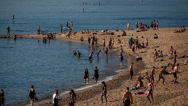 La ville de Barcelone a rouvert ses plages à la promenade, le bronzage et la baignade sont toujours interdits et la police veille, Barcelone le 20 mai