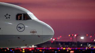 Berlín afirma que venderá las acciones de Lufthansa cuando la compañía remonte el vuelo