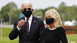Biden reaparece con mascarilla