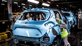 Ligne de montage de la Renault Zoé électrique dans l'usine de Flins, le 6 mai 2020.