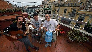 StayHomas поют на барселонской крыше