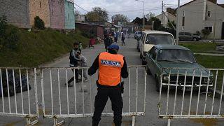 Un policier ferme une barrière autour du bidonville de Villa Azul, à Quilmes - province de Buenos Aires -, le 25 mai 2020