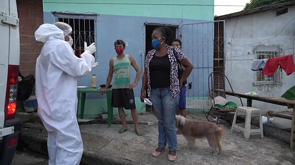 Servicios funerarios atienden a la familia de un hombre fallecido en Manaos, Brasil