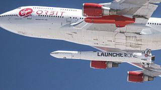 الطائرة محملة بالصاروخ