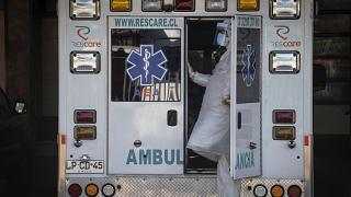 سيارة اسعاف في تشيلي تقل مصابا بالفيروس