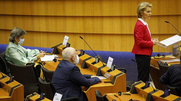 Von der Leyen se dirige al pleno del Parlamento Europeo con Frans Timmermans y Margrethe Vestager con mascarillas