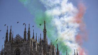 L'armée de l'air italienne survole la cathédrale de Milan à l'occasion du 74e anniversaire de l'instauration de la République italienne (lundi 25 mai 2020).