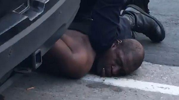 Polisin sert müdahalesine maruz kalan siyahi adam hayatını kaybetti