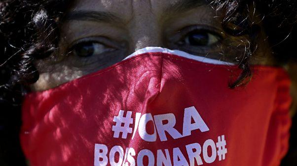یک برزیلی با ماسک محافظت از کرونا