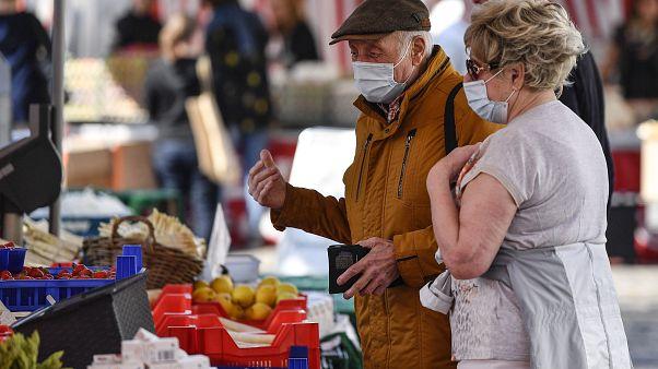 Senioren auf einem Wochenmarkt in Aachen (Archiv)