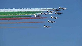 İtalyan gösteri uçakları gökyüzünü bayraklarının rengine boyadı