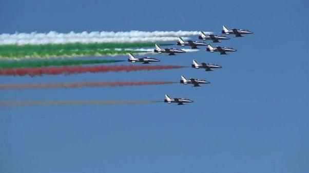 """شاهد: العلم الإيطالي يزين سماء ميلانو احتفالا بـ""""يوم الجمهورية"""""""