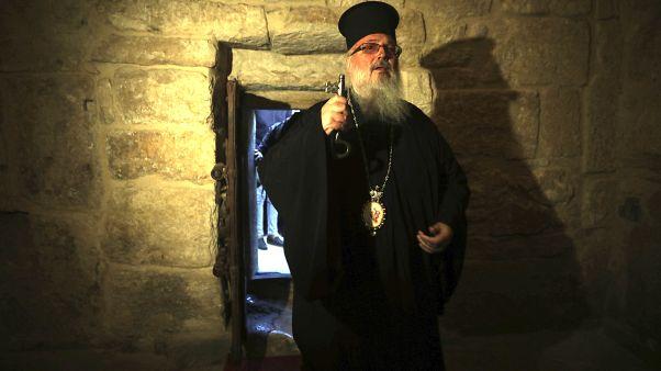 Un prêtre à l'intérieur de l'église de la nativité
