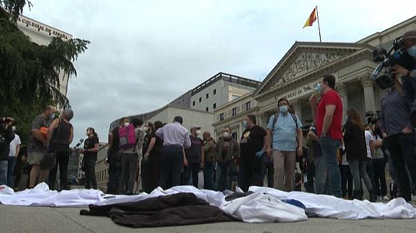 Chaquetillas y delantales de chefs tendidos en el suelo a modo de protesta