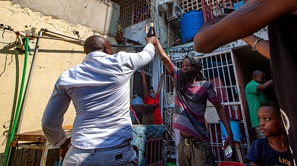 Residentes do bairro de Cassenda, em Luanda, celebram fim da quarentena