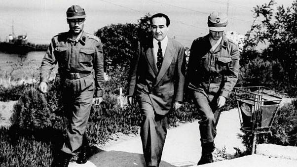 Adnan Menderes askerlerce götürülürken