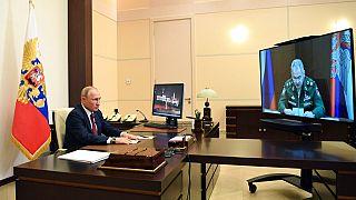 Vladimir Poutine, lors d'une réunion avec son ministre de la Défense Sergei Shoigu, le 26 mai 2020