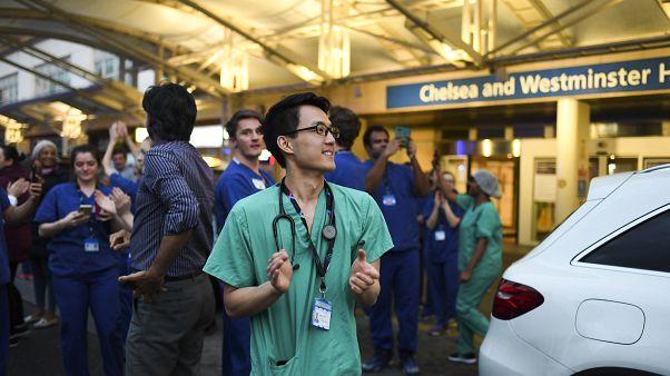 Funcionários do hospital londrino Chelsea & Westminster participam no aplauso pelo SNS