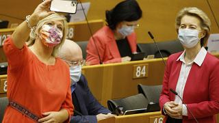 Eurodeputada tira selfie com a presidente da Comissão Europeia