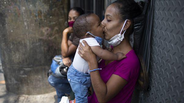 Venezuela'da bebeğini öpen bir anne