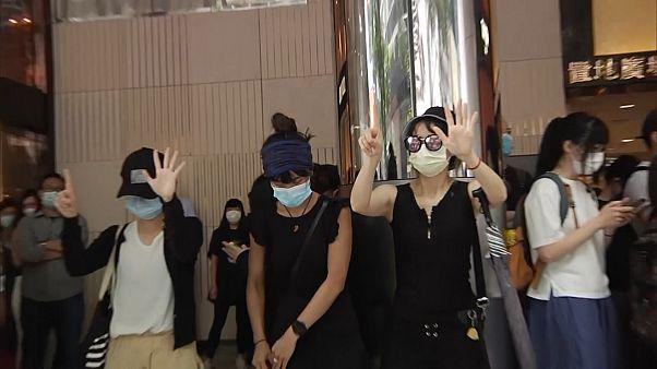 هنگ کنگیهای معترض به لایحه سرود ملی چین، یک مرکز خرید را اشغال کردند