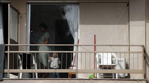 Una migrante e suo figlio in una stanza d'albergo nella città di Kranidi, a circa 170 chilometri a sud-ovest di Atene, martedì 21 aprile 2020