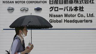 Прохожая у штаб-квартиры Nisan в Йокогаме 27 мая 2020
