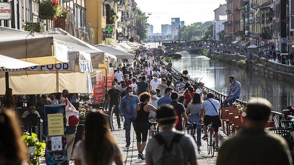 Persone a passeggio sul Naviglio Grande, a Milano