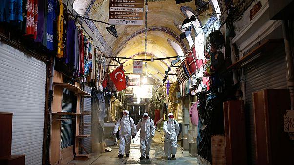 """عمال يقومون بتعقيم السوق الشعبي الكبير """"غراند بازار"""" في مدينة اسطنبول التركية"""