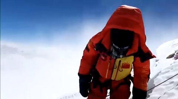 Kínai hegymászó a csúcstámadás közben