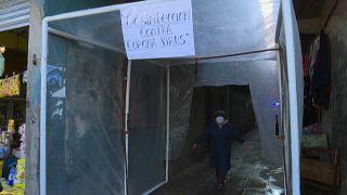 Cabina de desinfección casera fabricada por los habitantes de un barrio de Buenos Aires