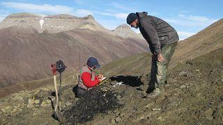 El profesor John Marshall, investigador principal del estudio, recoge muestras en Spitsbergen