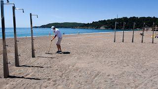 رجل يمشط الرمال في بودفا على ساحل مونتينيغرو - 2020/05/13