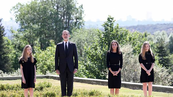 ادای احترام پادشاه و میلیونها اسپانیایی به قربانیان کرونا؛ پرچمها نیمه افراشته شد
