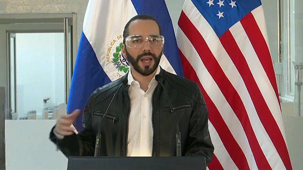 Nayib Bukele durante una rueda de prensa junto al embajador estadounidense