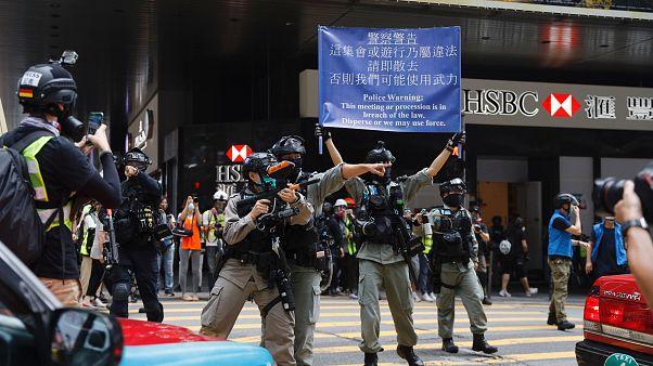 شرطي صيني يوجه سلاحه نحو المتظاهرين في هونغ كونغ - 2020/05/27/