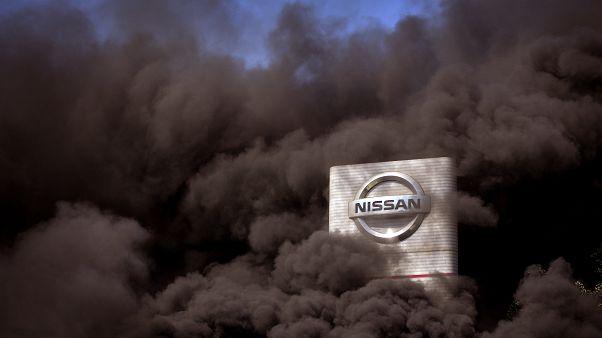 El humo se eleva sobre la fábrica de Nissan mientras los trabajadores queman neumáticos durante una protesta en Barcelona, España, el jueves 28 de mayo de 2020.