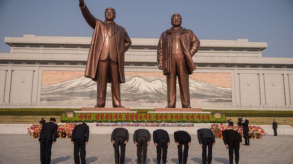 نصب لكيم سونغ وكيم جونغ في كوريا الشمالية