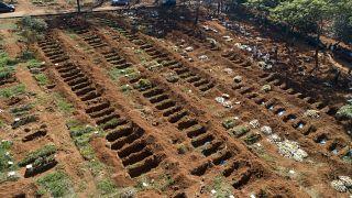 Места для новых жертв пандемии на кладбище в Сан-Паулу