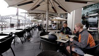 أشخاص يتناولون طعام الغداء في أحد المطاعم بمدينة سيدني بأستراليا