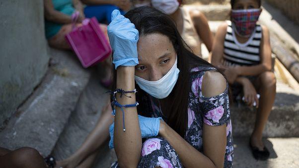 Venezuela'da gıda yardımı bekleyen bir kadın