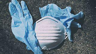 Çevreci örgütler maske ve eldiven atıklarının denizleri kirlettiğine dikkat çekiyor