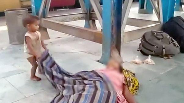 Hindistan'da açlık nedeniyle ölen annesini uyandırmaya çalışan çocuk