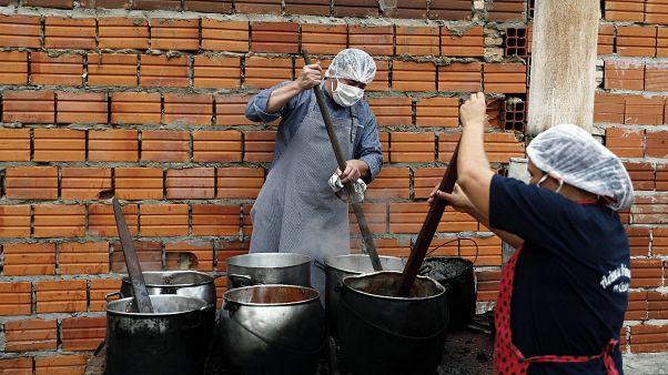 إعداد حساء لنحو 300 شخص يوميا في لوكي في باراغواي - 2020/05/11