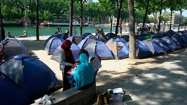 طبيب متطوع يسجل معطيات خاصة بمهاجرين في باريس - 2020/05/27